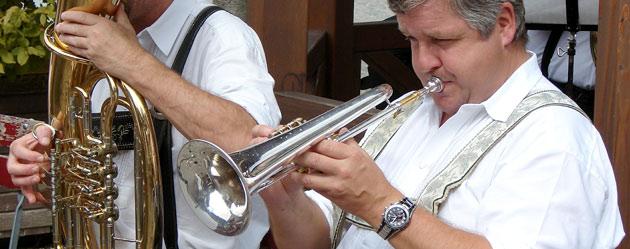 Trompeten und Flügelhörner haben Pump- oder Drehventile. Das Flügelhorn wird vor allem als melodieführendes Instrument, bevorzugt auch in traditionellen Blasmusikformationen, eingesetzt.