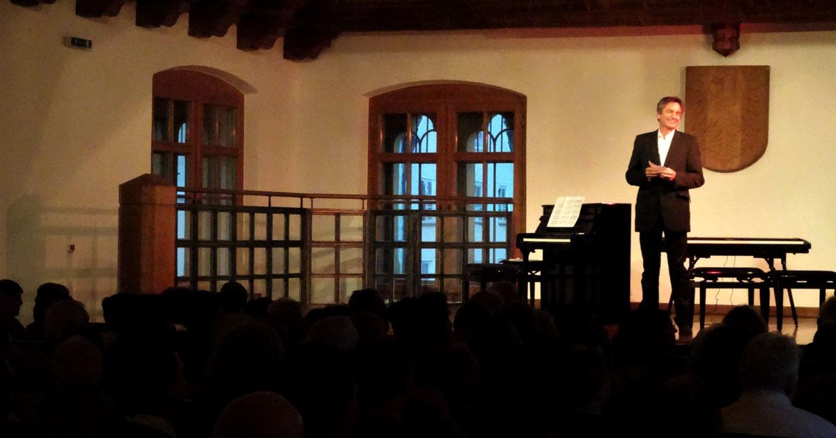 Klaus Kirstein eröffnete den rundum gelungenen Abend mit einigen Grußworten an das Publikum.