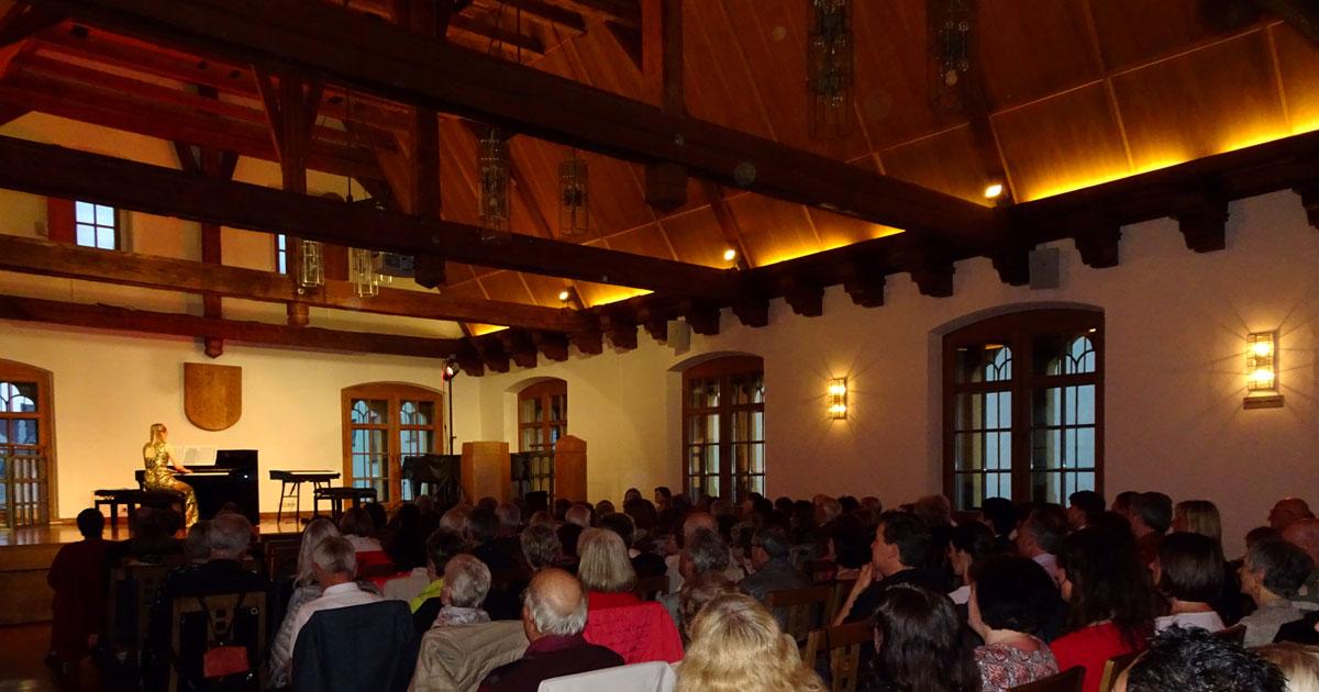 Der beeindruckende Saal des Ballenhauses war voll besetzt.
