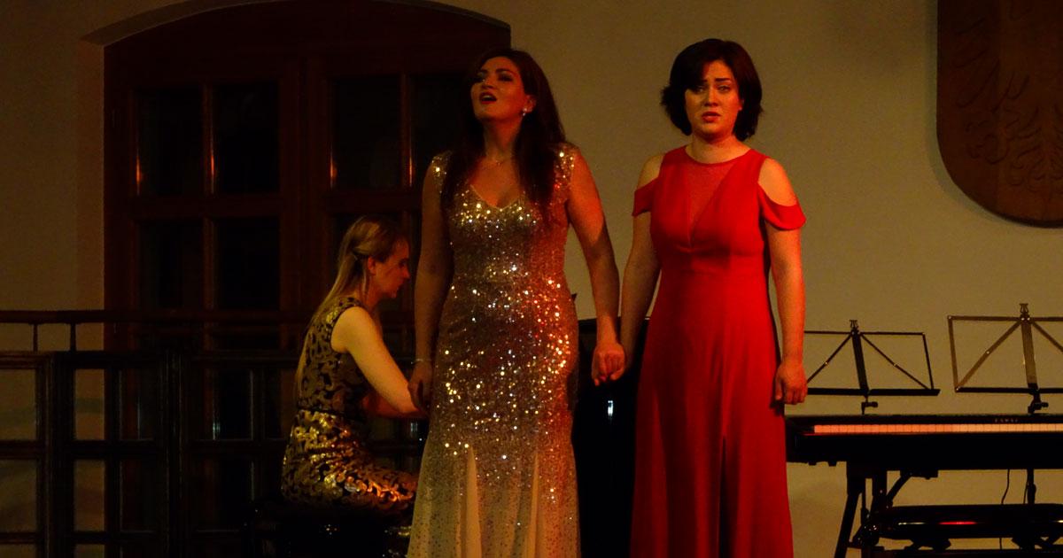 Die Pianistin Meghan Behiel und die Sopranistinnen Anna Tsartsidze und Maria Popa (v.l.n.r.) nahmen das Publikum auf eine wunderbare zweistündige, musikalische Reise mit.