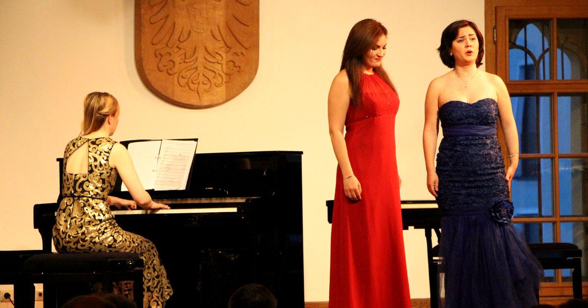 Pianistin Meghan Behiel und die Sopranistinnen Anna Tsartsidze und Maria Popa
