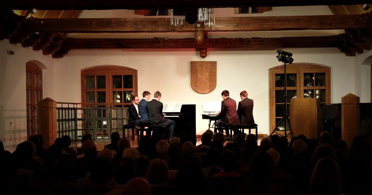 """Nach der Pause eröffneten Schüler des Musikinstituts Kirstein den zweiten Teil des Konzertabends mit einem achthändig gespielten Ausschnitt aus der musikalischen Suite """"Karneval der Tiere""""."""