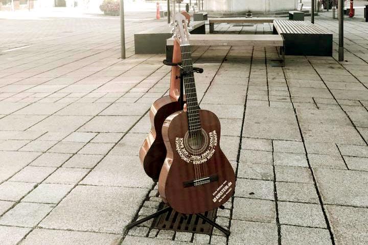 Gitarren auf dem Marienplatz in Schongau für jeden, der Lust hat, sie spontan zu spielen.