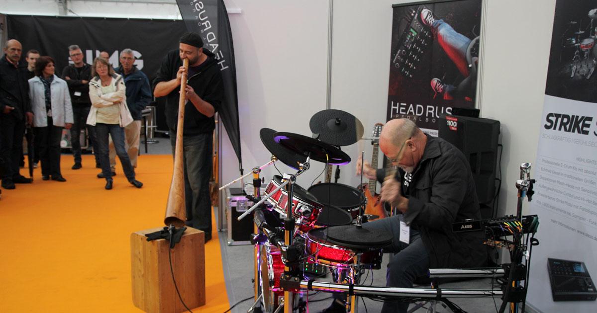 Im Messezelt der MusiConnect: kleine Session mit Didgeridoo und Drums