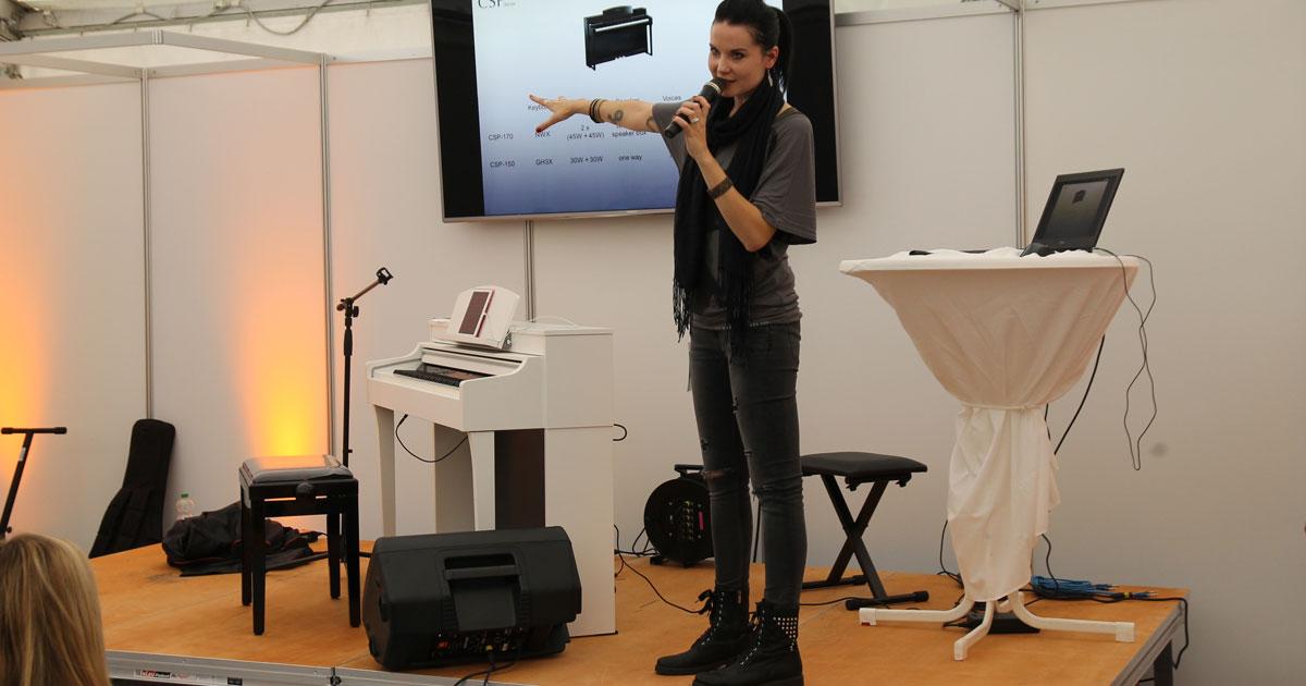 Sarah Straub auf der Messe-Stage bei der MusiConnect