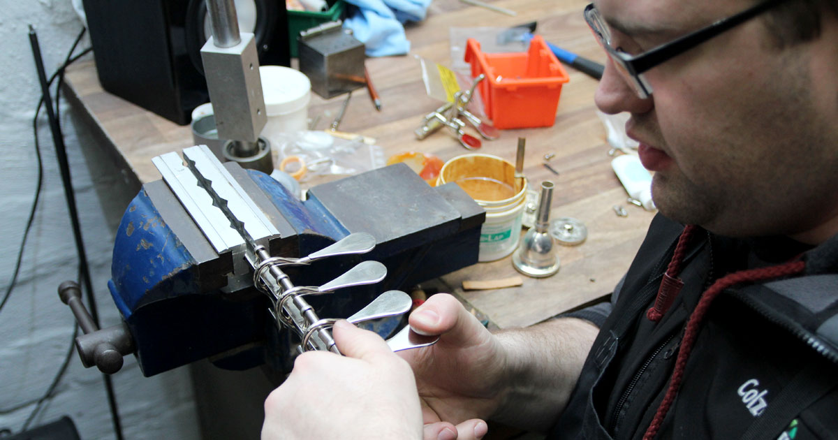 Frank rüstet ein Druckwerk um. Die Schubstangen hat er mit neuen Minibal®-Kugelgelenken versehen.