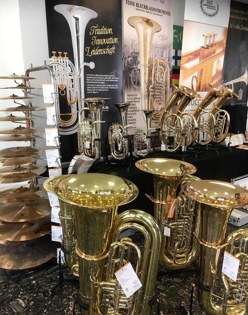 Blechblasinstrumente und Schlagzeugbecken am Kirstein-Ausstellungsstand beim Bezirksmusikfest Hohenfurch