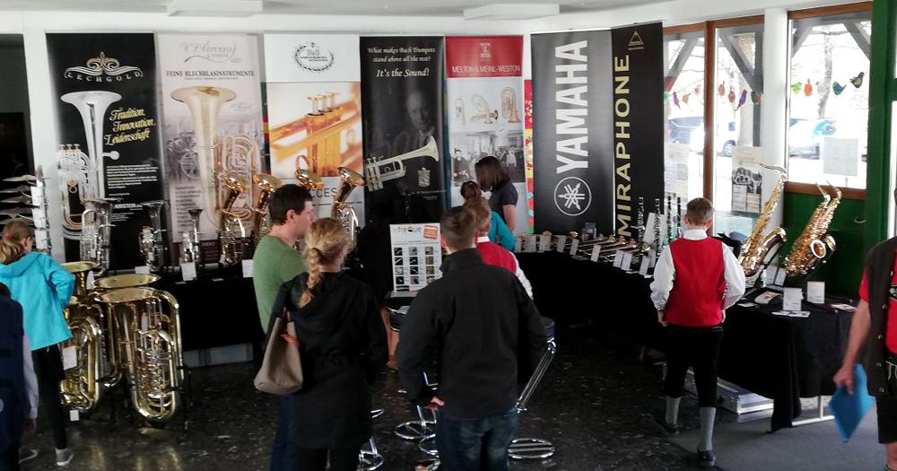 Besucher am Kirstein-Stand beim Bezirksmusikfest in Hohenfurch