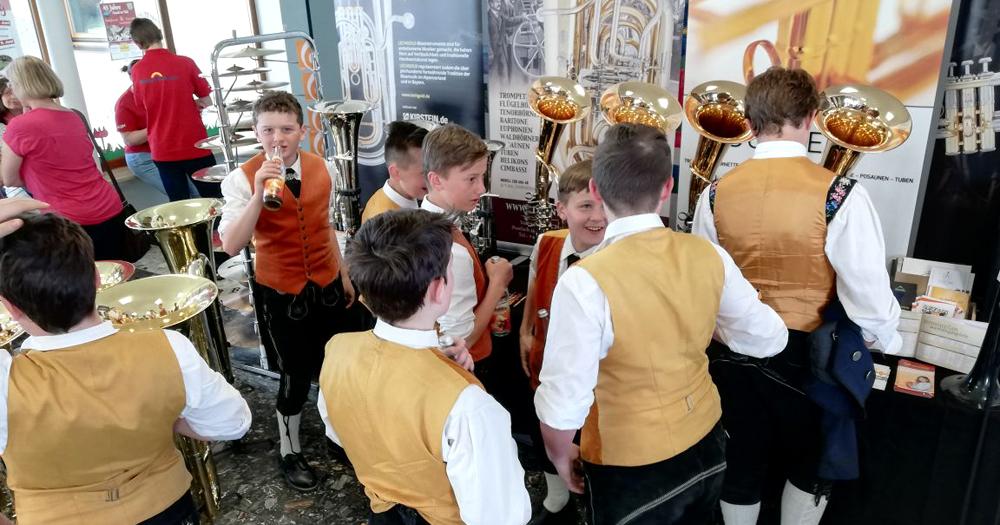Junge Musiker am Kirstein-Instrumentenstand beim Bezirksmusikfest in Hohenfurch