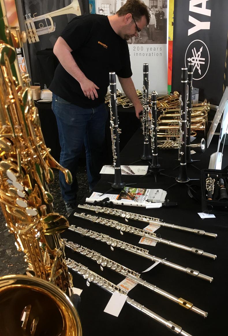 Frank aus dem Kirstein-Bläserteam am Instrumentenstand beim Bezirksmusikfest in Hohenfurch