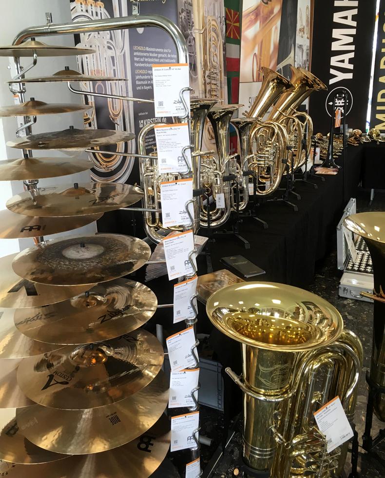 Tuba, Schlagzeugbecken und weitere Instrumente am Kirstein-Ausstellungsstand beim Bezirksmusikfest in Hohenfurch