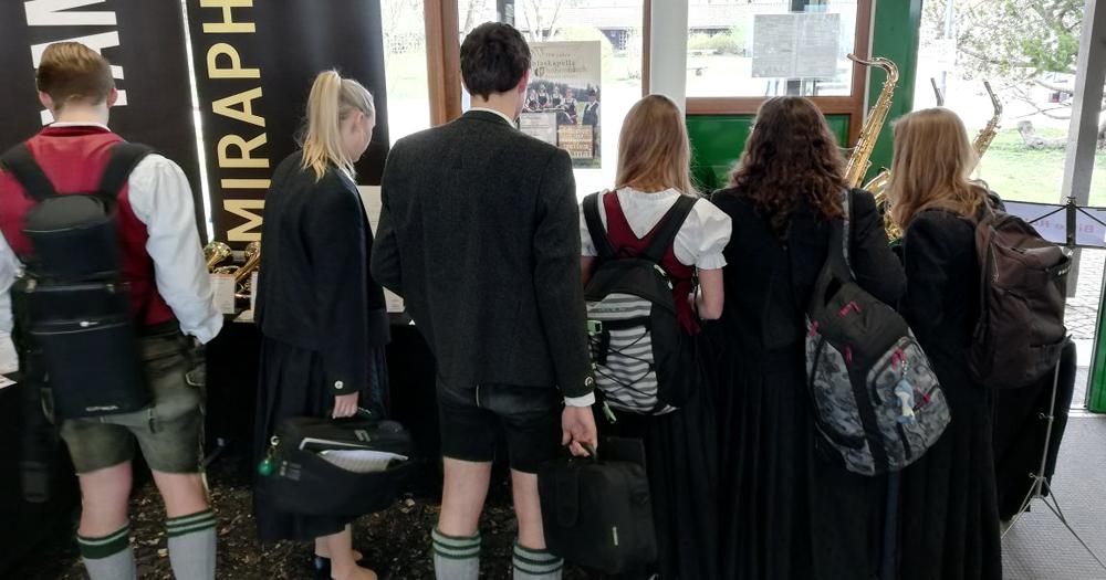 Besucher der Kirstein-Blasinstrumentenausstellung beim Bezirksmusikfest in Hohenfurch
