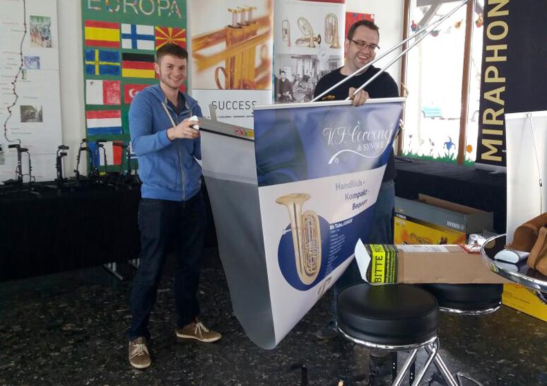 Michael und Frank aus der Kirstein-Bläserabteilung beim Abbau des Ausstellungsstandes beim Bezirksmusikfest in Hohenfurch