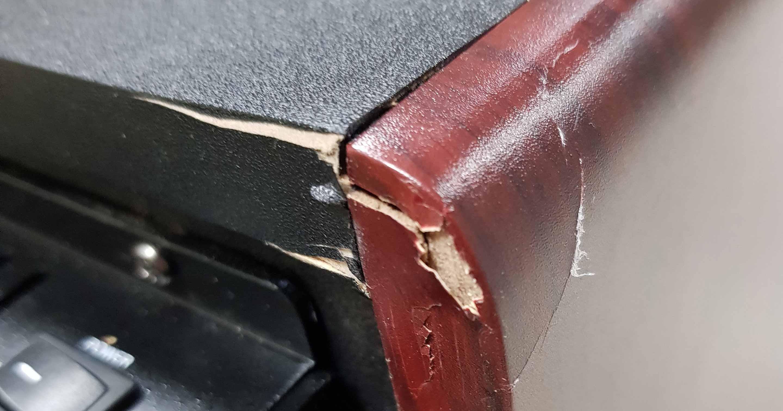 Aktivmonitor, der an einer Ecke einen Schaden aufweist.