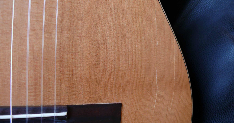 Gitarre mit einem Deckenriss.