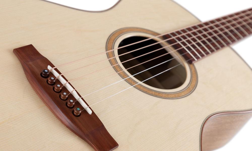 Die Decke dieser Lakewood A-35 Custom-Shop-Westerngitarre ist aus massiver Haselfichte gefertigt. Foto: kirstein.de