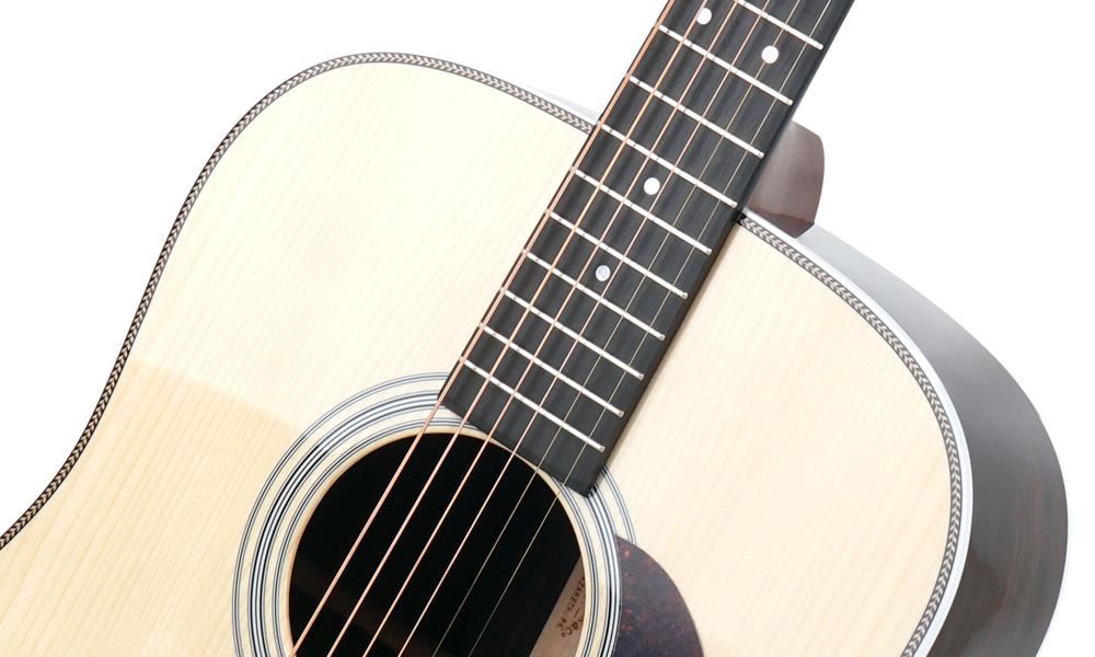 Die Decke dieser Martin Guitars HD-28 Custom-Shop-Westerngitarre ist aus massiver Adirondack-Fichte gefertigt. Foto: kirstein.de
