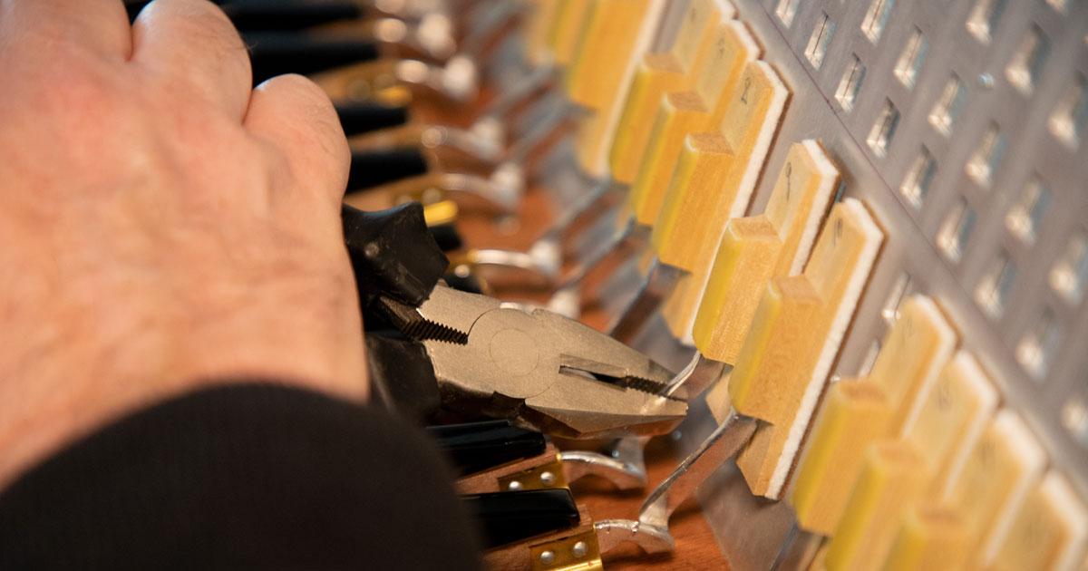 Einsetzen und Justieren einer Pianotastatur am Akkordeon