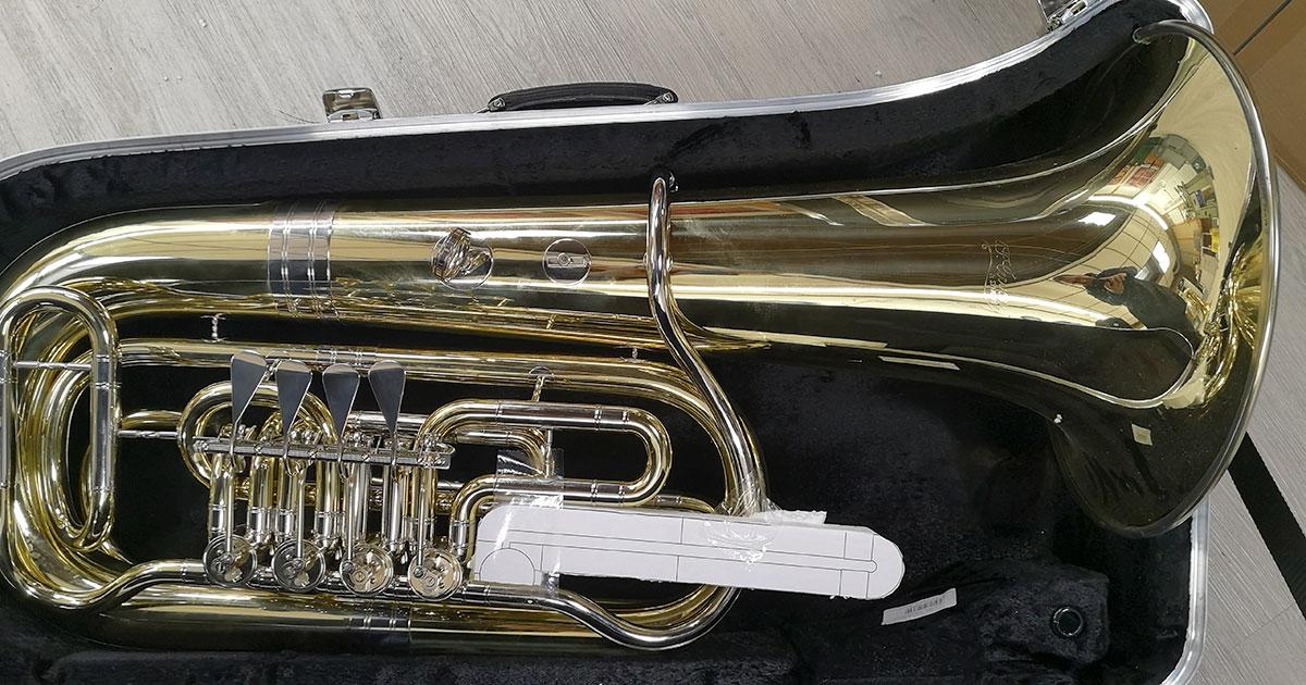 Tuba mit Styropor-Dummy im Instrumentenkoffer.