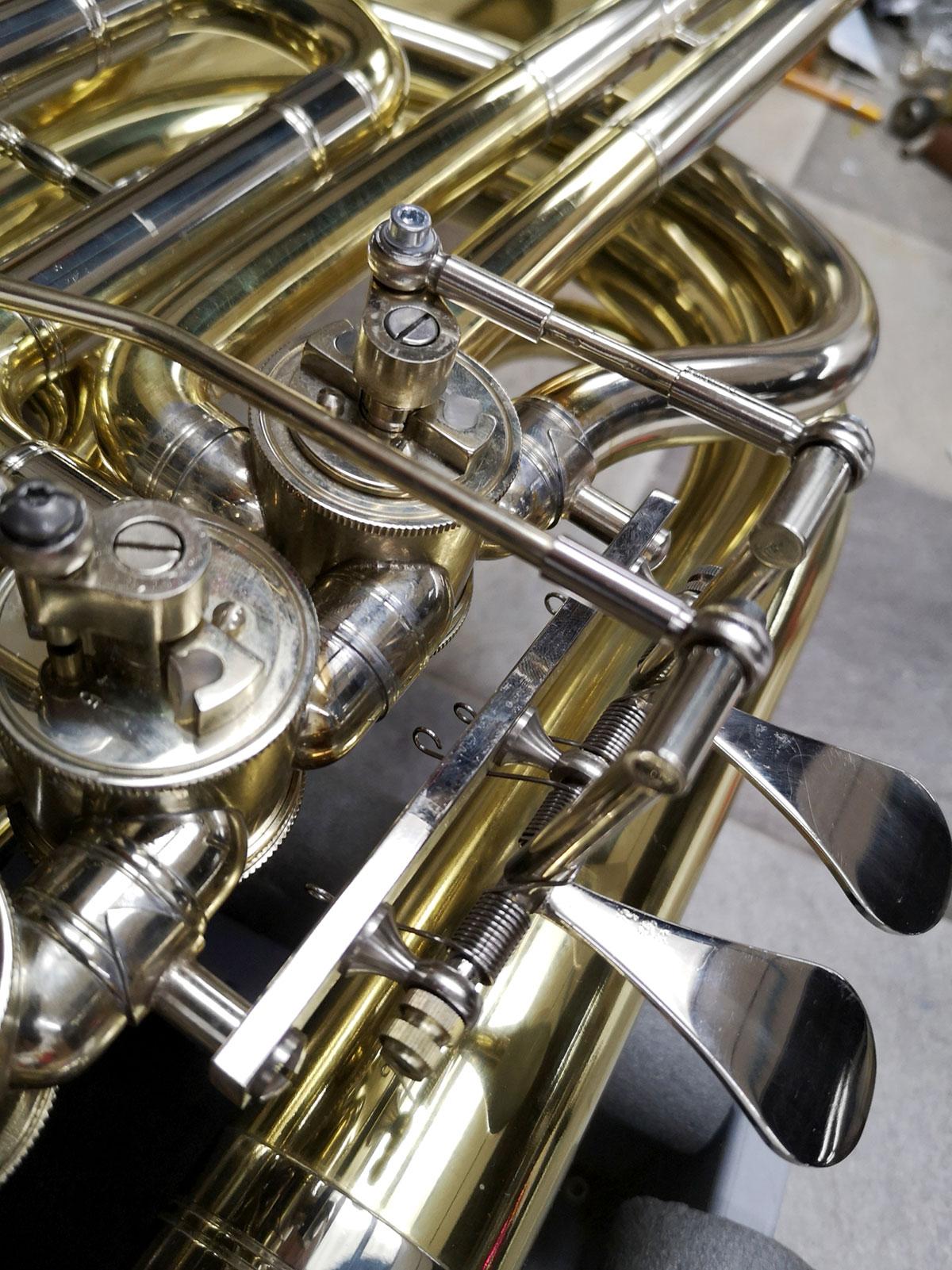 Nahaufnahme neuer Bauteile bei der nachgerüsteten Tuba.
