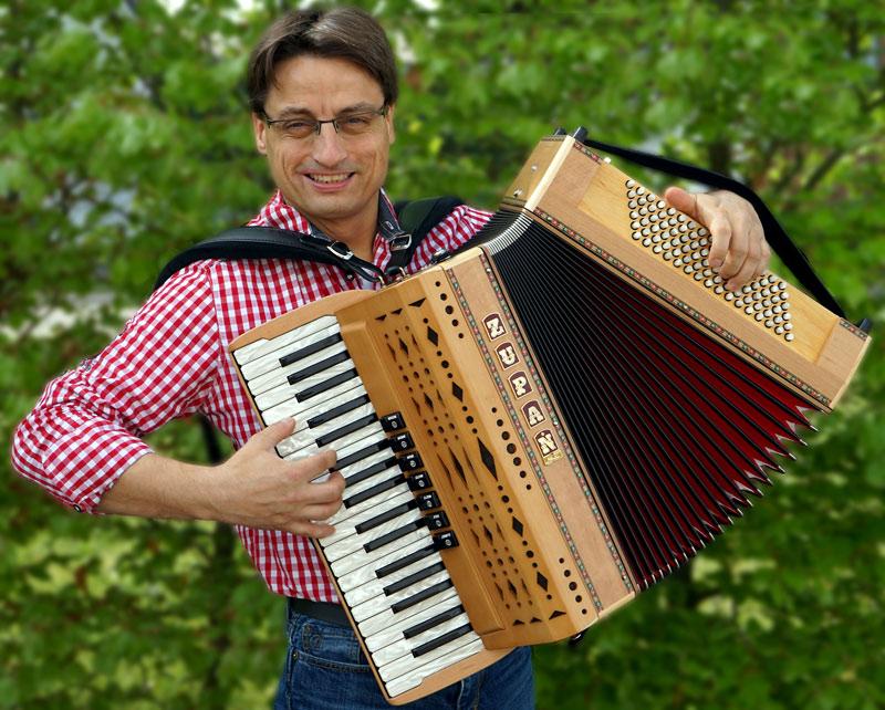 Der Akkordeon- und Harmonikaexperte Stefan Mayr ist begeistert von den Modellen der neuen Zupan-Eco-Serie. Foto © Musikhaus Kirstein.