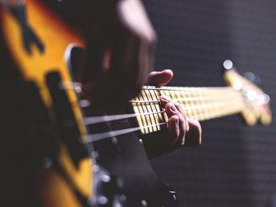E-Bass-Sound auf einem Digitalpiano.