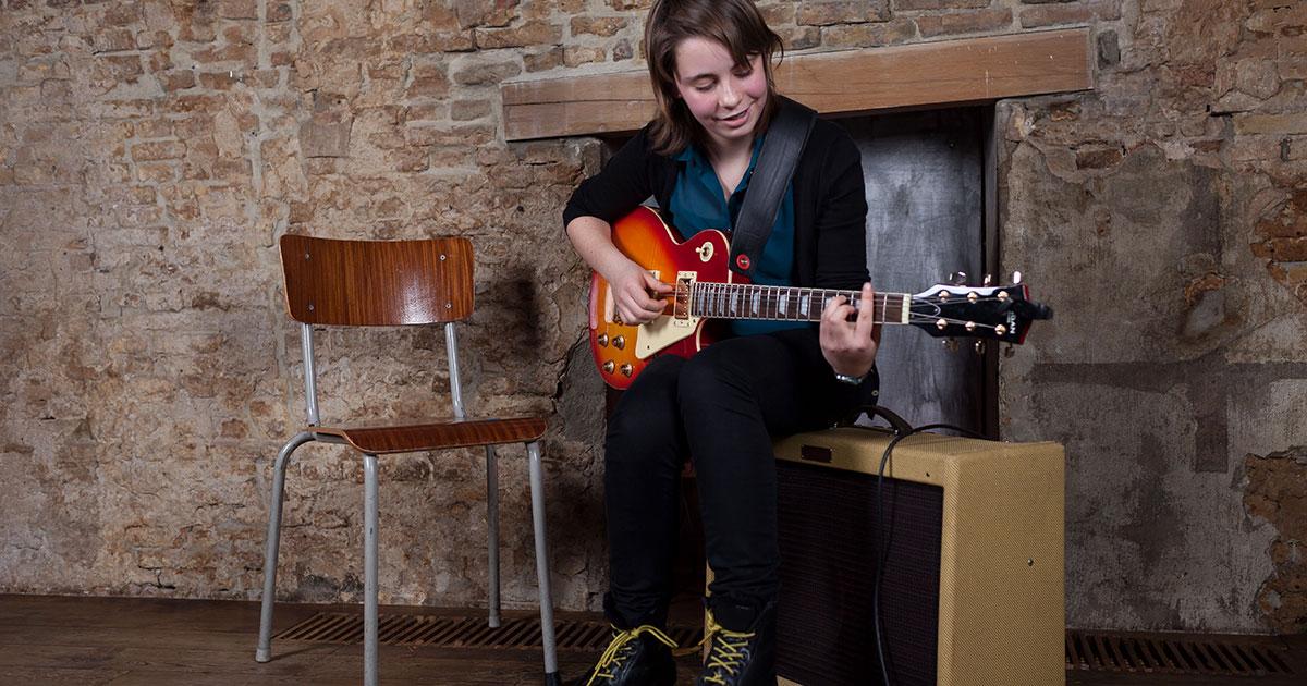 Kann man als Kind direkt E-Gitarre lernen?