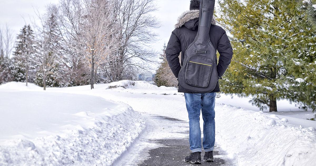 Wenn man in der Kälte unterwegs war, sollte sich die Gitarre im warmen Raum erst wieder akklimatisieren.