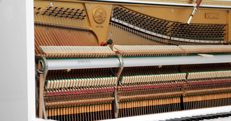 Klavier mit Unterdämpfer-Mechanik.