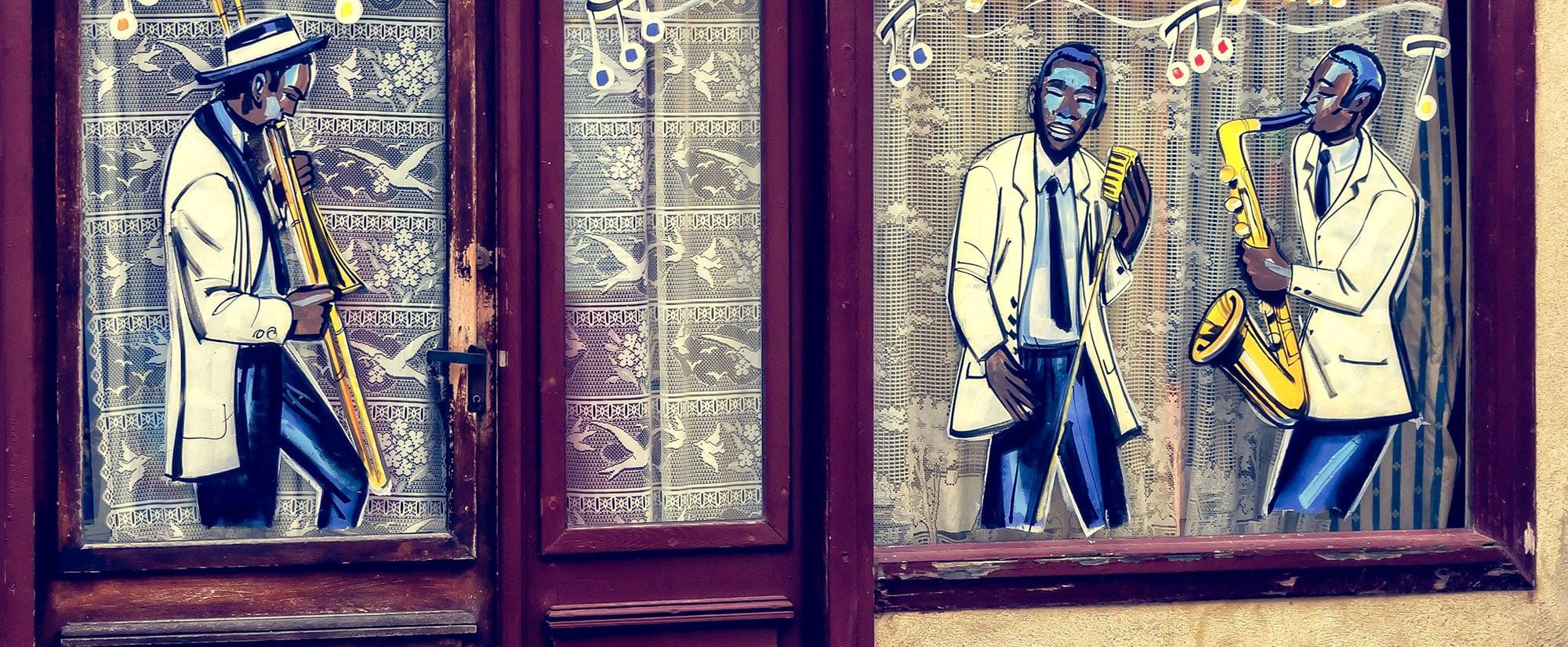 Darstellung einer gezeichneten Jazz-Band, aufgebracht auf die Fensterscheibe eines Pubs.