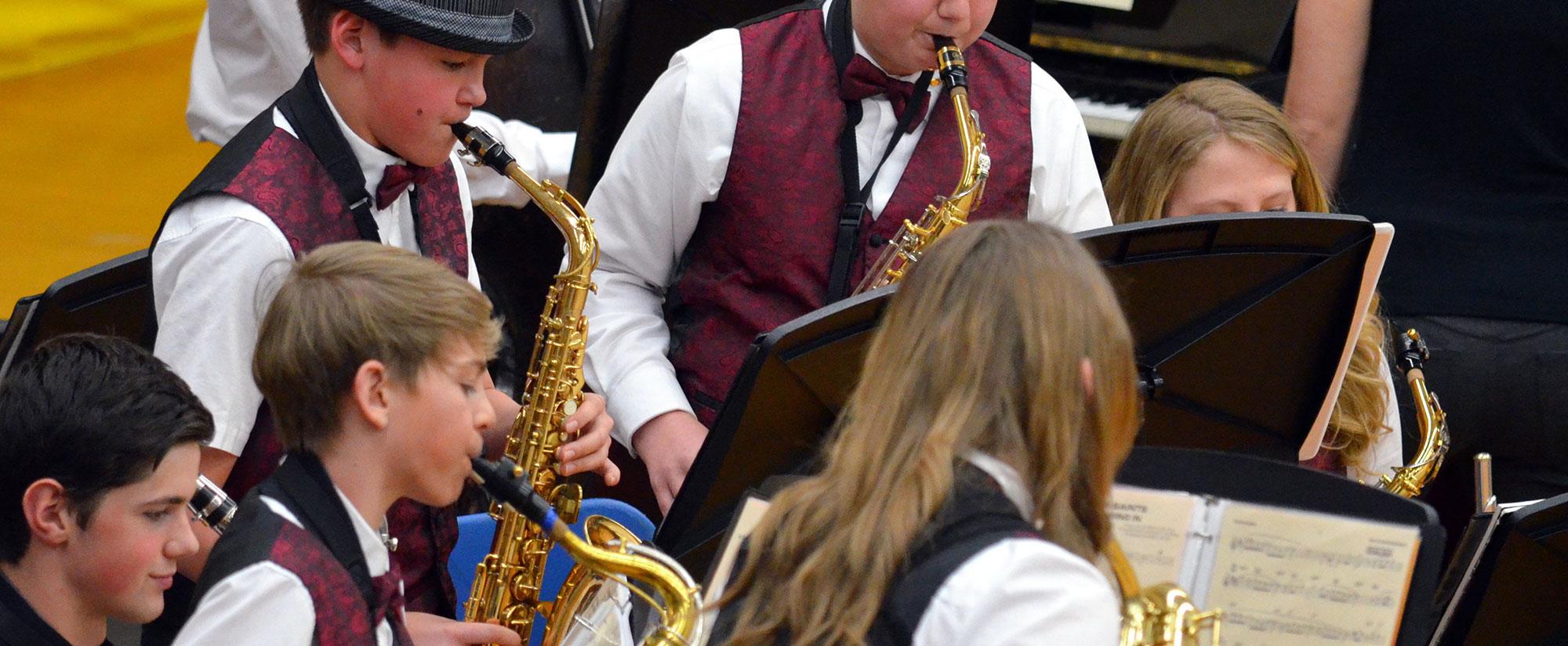 Jugendliche Saxophonspieler in einem Musikverein.