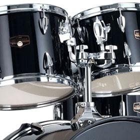 Beim Tama Imperialstar IP52KH6 sind die Hängetoms über eine Halterungssäule an der Bass Drum angebracht.