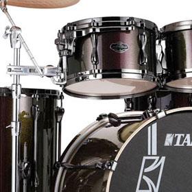 Beim Tama Superstar Hyper-Drive Maple MK52HXZBNS werden die Hängetoms nicht über die Bass Drum, sondern über die Beckenstative aufgehängt.