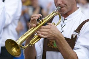 Trompeten gehören zu den beliebtesten Blechblasinstrumenten und sind natürlich auch wichtiger Bestandteil der traditionellen Blaskapellen. Foto Trompeter © Michael Fritzen – fotolia.com