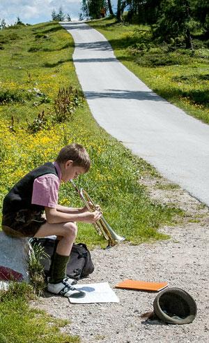 Ein kleiner Junge beim Spielen seiner Trompete. Quelle Foto: pixabay.