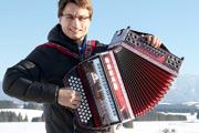 Stefan Mayr vom Musikhaus Kirstein mit einem Zupan-Akkordeon