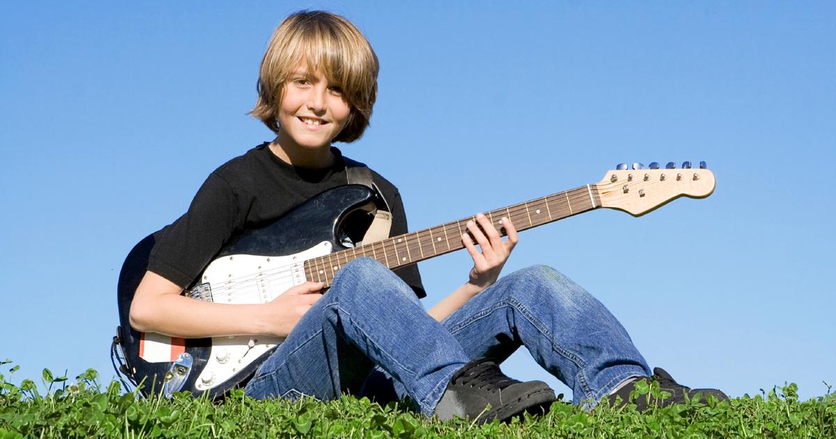 Es gibt E-Gitarren, die speziell auf Kinder abgestimmt sind. Foto: Stock photo © mandygodbehear.