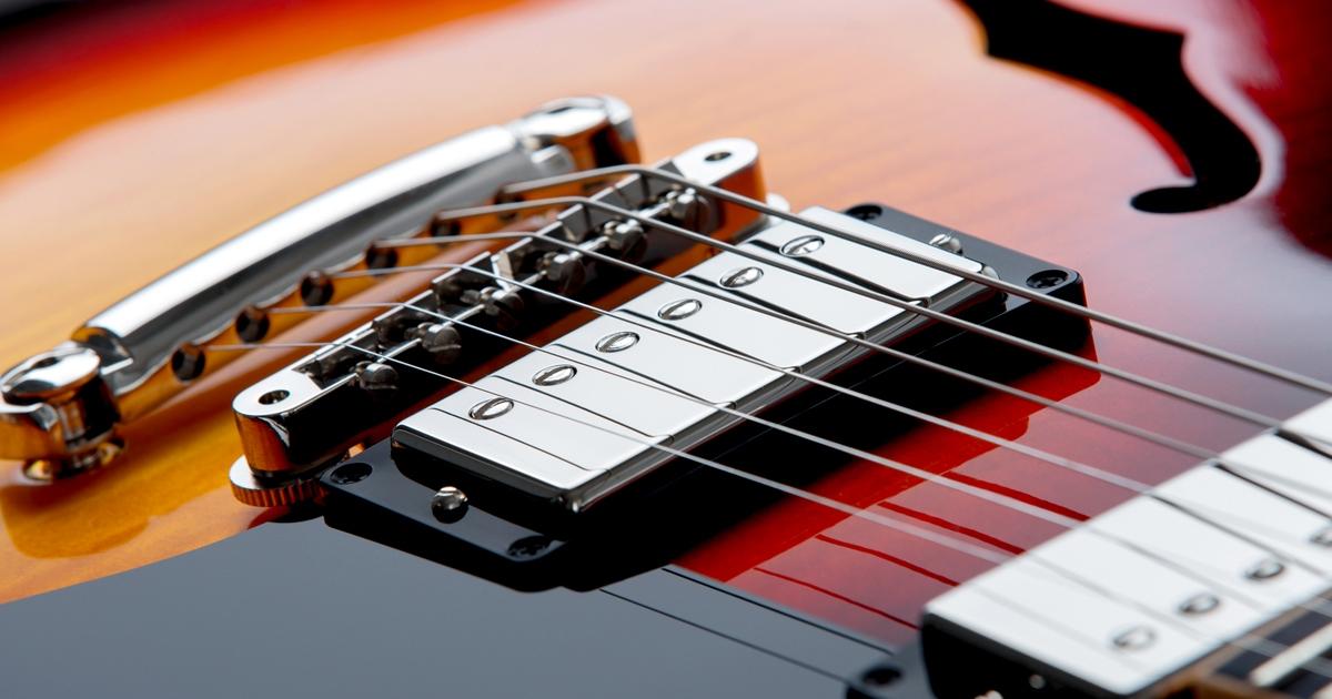 Nahaufnahme der Saiten einer Gibson ES-335.
