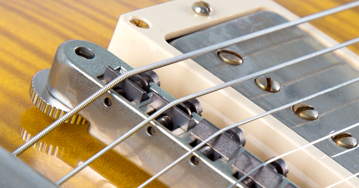 Nahaufnahme der Saiten einer Gibson 60 Les Paul Honey Lemon Fade.