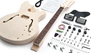 Mit einem Gitarrenbausatz kann man seine eigene Gitarre zusammenbauen.