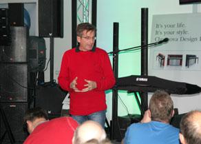 Klaus Kirstein, Geschäftsführer der Musikhaus Kirstein GmbH, begrüßt das Publikum