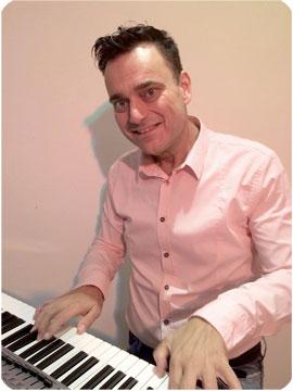 Der Entertainer Michel Voncken präsentiert am 7. Oktober 2015 im Musikhaus Kirstein die neuen Yamaha PSR-S-Keyboards.