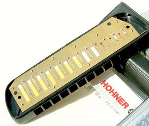 Stimmzungen und Stimmplatten sind bei der Chrometta 12 aus Messing gefertigt. Foto © Hohner.