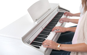 Dank der Twin-Funktion kann man zu zweit wie auf zwei eigenständigen Klavieren spielen. Auf dem Foto ist das DP-50-WM weiß matt abgebildet. Foto © Musikhaus Kirstein GmbH.