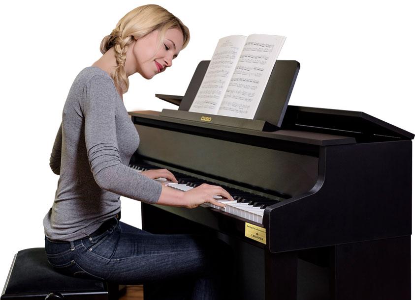 Pianistin spielt auf dem GP-300BK