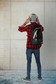 Stagecaptain SB-48 Studentsbuddy Laptop Rucksack wird von jungem Mann in rot kariertem Hemd getragen, Rückansicht