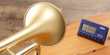 Korg MA-2 Metronom: Metronom steht auf Tisch und die Trompete spielt zum Metronom hin